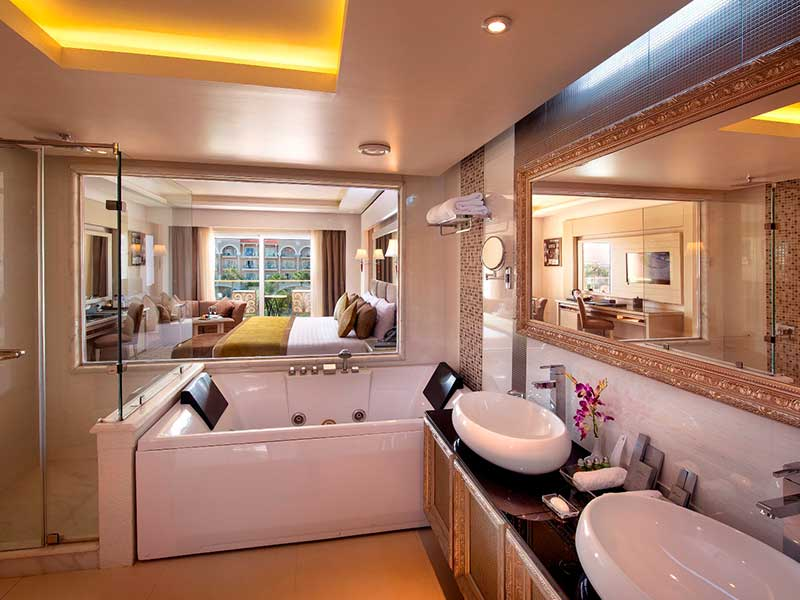 Jacuzzi Deluxe Junior Suite Side Sea & Pool View